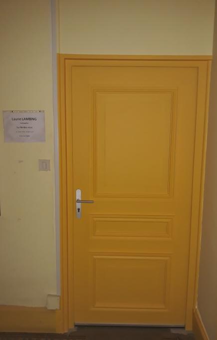 Porte d'entrée du cabinet vue extérieur
